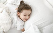 pige sover i sengetøj