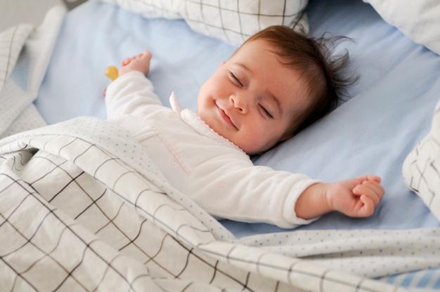 dreng sover i sengetøj